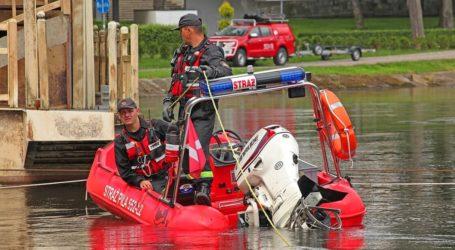 Strażacy usuwają zagrożenie na rzece Gwda