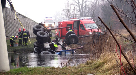 Ciężarówka spadła z mostu do rzeki. Kierowca nie żyje