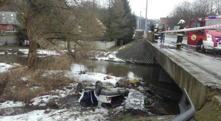 Auto spadło z mostu na brzeg rzeki