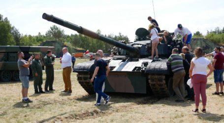 Militarna wystawa na pilskim lotnisku