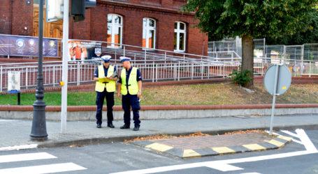 Policjanci sprawdzają oznakowanie dróg przy szkołach