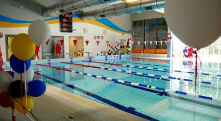 Otwarto basen sportowy z regulowanym dnem