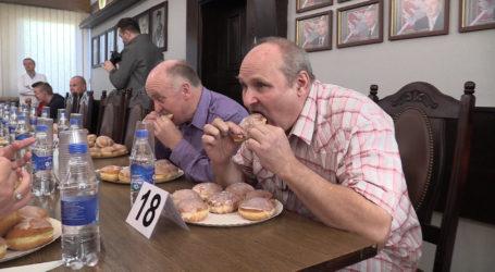 Piotr Sikora – mistrzem Piły w jedzeniu pączków