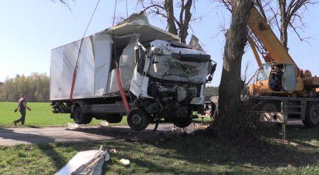 Ciężarówką w drzewo