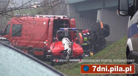 Ciężarówka spadła do rzeki